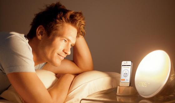 Eine halbe Stunde lang verstärkt ein neuartiger Lichtwecker von Philips das Licht und simuliert so dem Körper einen natürlichen Tagesbeginn.