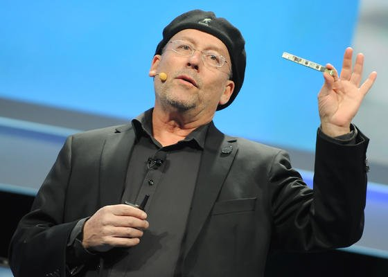 "Intels Vizepräsident Shmuel ""Mooly"" Eden stellt auf der Elektronik-Messe CES in Las Vegas Intels neue 3-D-Kamera vor."