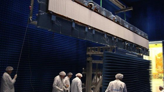Das Radar-Antennensystem der neuen Sentinel-1A-Satelliten besteht aus über 600 Bauteilen. Diese sind aus dem Kohlenfaserverbundstoff CFK gefertigt und müssen einzeln metallisiert werden, um elektrische Leitfähigkeit zu erreichen.
