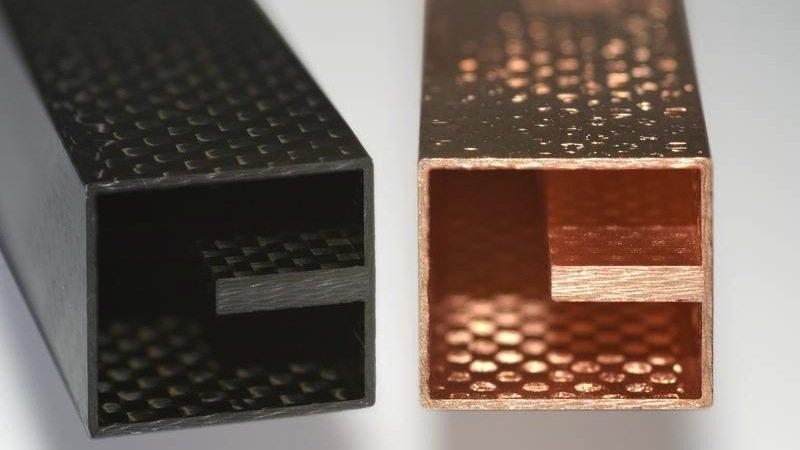 Die schwarzen, unbehandelten CFK-Hohlleiter werden zunächst mit einer nasschemischen Ätzmethode aufgeraut. Es folgen ein Tauchverfahren und eine galvanische Beschichtung.