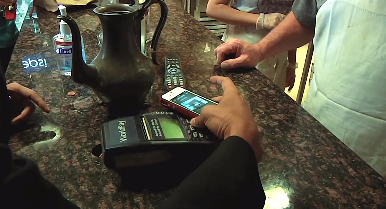 In der LoopPay-App entscheidet sich der Anwender für eine seiner Kredit- oder Bankkarten. Dann hält er das Smartphone an den Kartenleser. Die entsprechenden Daten überträgt das System drahtlos.