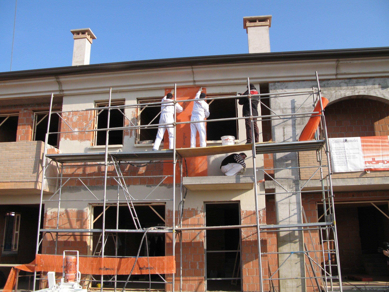 In langen Bahnen wird das Erdbebenschutzgewebe auf Mauerwerk aufgebracht und dann verputzt. Im Ernstfall hält es Trümmer zusammen und Rettungswege frei.