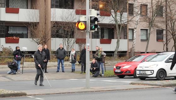 Die Projektpartner haben einen Prototypen der Blindenapp in Braunschweig präsentiert. Das Smartphone kann über WLAN sogar Signale der Ampeln empfangen und bei Grün einen Piepton von sich geben.