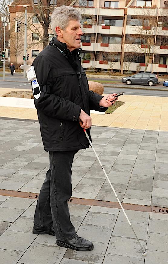 Die App lotst den Blinden mit Sprachausgabe und Vibrationen durch die Umgebung. Sie kann außerdem auf Bordsteine, Mittelinseln und Bushaltestellen hinweisen. Der Bund hat das Projekt mit 1,9 Millionen Euro gefördert.