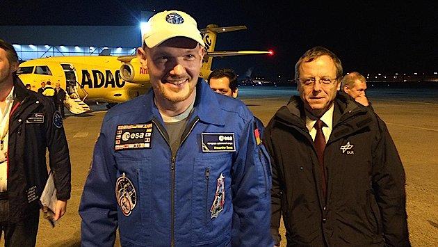Der künftige ESA-Chef Johann-Dietrich Wörner mit dem deutschen Astronauten Alexander Gerst auf dem Flughafen Köln/Bonn, kurz nach dessen Rückkehr von der Internationalen Raumstation ISS.