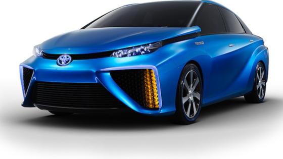 Der Toyota FCV beschleunigt mit 135 PS von 0 auf 100 km/h in rund zehn Sekunden. Aus dem Auspuff kommt harmloser Wasserdampf. Das Tanken von Wasserstoff dauert lediglich fünf Minuten.