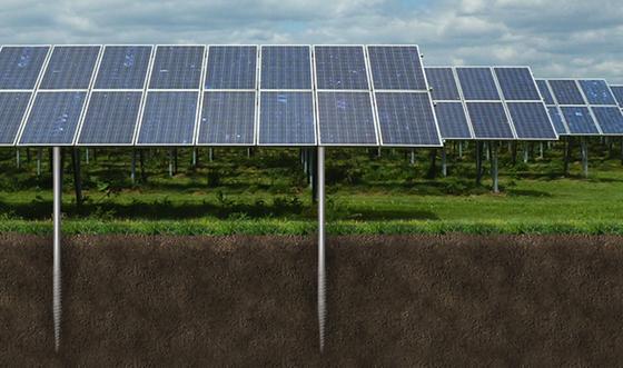 Das Photovoltaikkraftwerk in Cestas soll eine Leistung von 300 Megawatt haben. Um die Solarmodule zu installieren, sind 200.000 Schraubfundamente notwendig. Anders als Betonfundamente benötigen sie so wenig Platz, dass sich das Gelände begrünen lässt.
