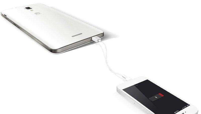 Huawei Ascend Mate 2 beim Laden eines anderen Smartphones.
