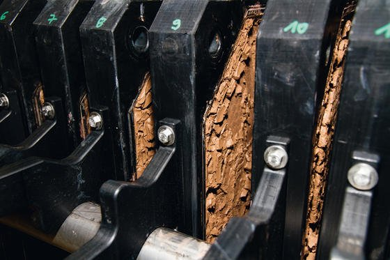 Einen ökologischen Ersatz für Erdölprodukte könnte der Holzbestandteil Lignin liefern, wie er in diese Filterpresse gewonnen wird.