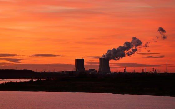 Qualmende Schlote: Aus fossil betriebenen Kraftwerken entweicht heute noch viel Kohlendioxid und heizt den Planeten auf. Stuttgarter Forscher haben mit derSprühwaschanlage CASPAReine Möglichkeit gefunden, wie dieses Kohlendioxid aus dem Rauchgas der Kraftwerke ohne teure Zusatzinvestitionen entfernt werden kann.