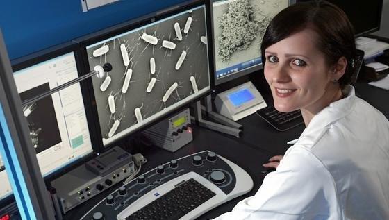 Die Doktorandin Claudia Lüdecke untersucht Krankenhauskeime an einem Rasterelektronenmikroskop der Universität Jena. Diese sollen sich auf Titanoberflächen möglichst nicht mehr festhalten können. Doch dafür ist eine bestimmte Struktur im Nanobereich erforderlich.