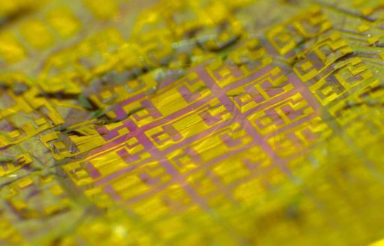 Detail der neuen Elektronikmembran, die Niko Münzenrieder und Giovanni Salvatore von der ETH Zürich entwickelt haben.