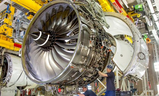 Produktion einer Flugzeugturbine bei Rolls-Royce: Die Ingenieure streben eine saubere Verbrennung an. Denn dann sinken Treibstoffverbrauch und Emission.