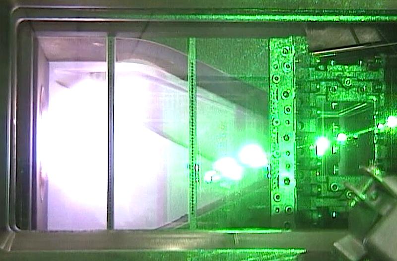 Mit einer experimentellen transparenten Brennkammer testeten die DLR-Forscher das neue Analysewerkzeug. Bei echten Turbinen wird es etwas schwieriger. Sie haben oft 16 Brennkammern, die sich gegenseitig beeinflussen.