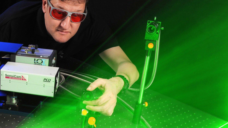 Die endoskopischen Sonden bestehen aus dünnen Glasfasern, die Laserblitze in die Verbrennungskammer schicken. Die verbrennenden Moleküle streuen die Lichtpartikel in alle Richtungen. Ein Teil wird aufgezeichnet, sodass sich Rückschlüsse auf den Verbrennungsprozess ziehen lassen.
