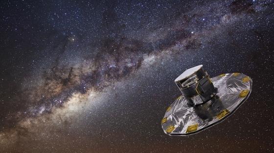 """Nach rund drei Wochen Flugzeit wurde die ESA-Sonde """"Gaia"""" in ihre Position gebracht. Vom Punkt """"L2"""" aus, wo sich die Gravitationskräfte der Erde und Sonne aufheben, wird die hochpräzise Kamera an Bord mit der Erde um die Sonne fliegen und in den kommenden fünf Jahren die Milchstraße vermessen."""