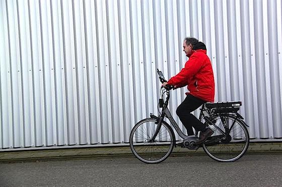 Basis des schlauen Fahrrads ist ein herkömmliches Elektrorad. Am Lenker haben die Ingenieure ein Radar und ein Display installiert. Dieses zeigt Bilder einer Kamera, die nach hinten filmt.