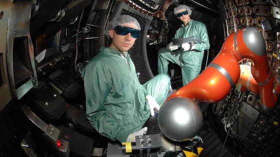 Forscher im Plasmaraum der Garchinger Fusionsanlage Asdex. Hier finden erste Tests mit den Bolometern statt, die später im ITER-Reaktor zum Einsatz kommen sollen.