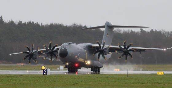 """Das erste deutsche Airbus A400M Transportflugzeug der Luftwaffe landete am Freitagnachmittag auf dem Fliegerhorst Wunstorf bei Hannover. Die auch """"Atlas"""" genannten viermotorigen Turboprop-Maschinen lösen die bis zu 46 Jahre alten Transall-Maschinen ab. Insgesamt hat Deutschland 53 Exemplare bestellt."""
