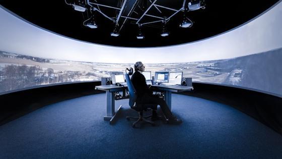 Mehrere Bildschirme und Projektoren bieten dem Fluglotsen ein Panorama-Bild des Flughafens. Er kann somit live das Wetter beobachten und anfliegende Flugzeuge navigieren. Bei Nacht hilft ein Infrarotmodus.