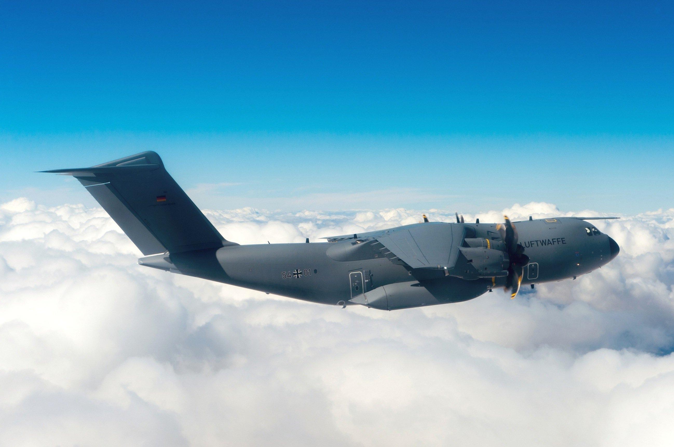 A400M während des Fluges über den Wolken: Dem Militärtransporter fehlen trotz vier Jahren Verzögerung noch viele Eigenschaften. So können während des Fluges keine Truppen abspringen.
