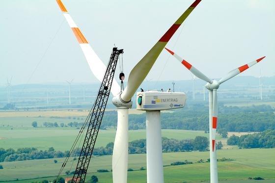 Montage einer Windkraftanlage des Energieunternehmens Enertrag:Die Windkraft war 2014 die wichtigste erneuerbare Energiequelle in Deutschland.