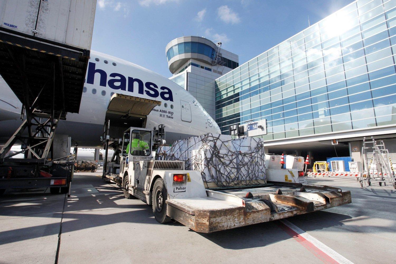 Beladung einer A380 auf dem Frankfurter Flughafen. Da Passagiere anscheinend mit relativ wenig Aufwand Waffen an Bord schmuggeln können, lässt der Airport rund 2000 Sicherheitskräfte nachschulen.