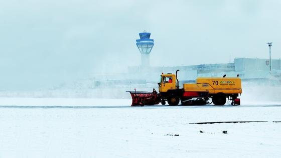 Flughafen Köln/Bonn: Mit einem neuen zentral gesteuerten IT-System soll der Winterdienst schneller und gezielter eingesetzt werden. Ziel ist es, Verspätungen wegen des Wetters einzudämmen.