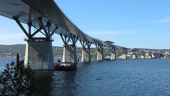 Die Sundsvall Brücke in Schweden ist 1420 Meter lang, bis zu 33 Meter hoch und 23.000 Tonnen schwer.