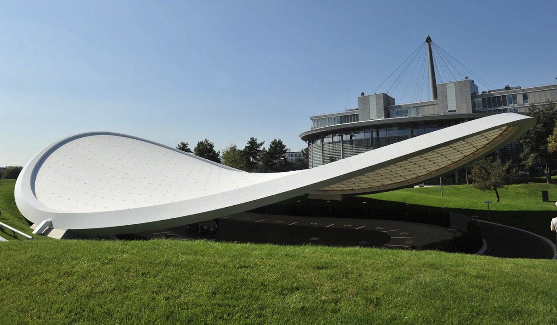 Das membranbespannte Seilnetzdach überspannt mit geringem Materialaufwand eine Fläche von rund 1600 Quadratmetern. Planung und Bau haben insgesamt nur 15 Monate gedauert.