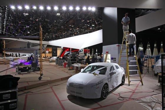 Noch unter Planen verhüllt: die Neuheiten des Autoherstellers Audi auf der Motor Show in Detroit. Der VW-Konzern hat in den vergangenen Jahren seinen Absatz in den USA verdoppeln können.