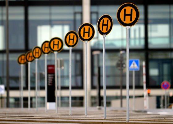 Haltestellenschilder vor dem Hauptterminal des neuen Berliner Hauptstadtflughafens Berlin-Brandenburg: BER-Chef Mehdorn will den Flughafen im Juli für maximal zehn Flüge täglich öffnen.