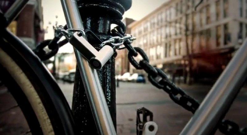 Das digitale Vorhängeschloss Teo eignet sich als Fahrradschloss.