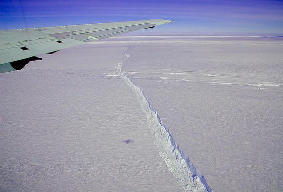 Gut zu erkennen: 2013 bildete sich ein Riss durch den Pine-Island-Gletscher in der Antarktis. Später riss ein großes Stück des Gletschers ab. Offenbar sorgt weniger die Klimaerwärmung für das schnelle Abschmelzen des Gletschers, sondern wärmeres Meerwasser von unten.