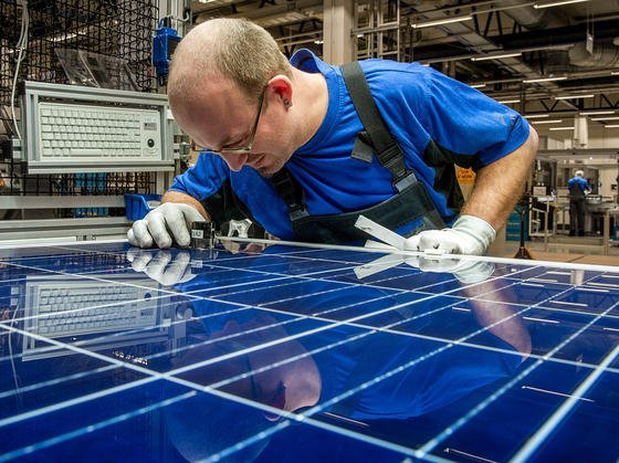Der TÜV-Rheinland hat die neuen Solarmodule mit einer Leistung von 306 Watt bereits zertifiziert – ein Weltrekord für PERC-Module im Standard-60-Zellenformat. Jetzt gehen sie bei Solarworld in Produktion.