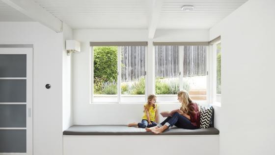 Das Unternehmen Nest produziert aufgehübschte Rauchmelder (Decke) und Thermostate (re. neben Tür).