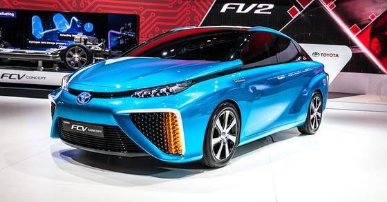 Toyota FCV mit Brennstoffzelle auf der CES im Januar 2014: Der japanische Autohersteller will 2015 als erster ein Auto serienmäßig mit Brennstoffzelle auf den Markt bringen. Das Auto soll knapp 100.000 Euro kosten. Die Unternehmensberatung Roland Berger hält die Brennstoffzelle auf absehbare Zeit für zu teuer.