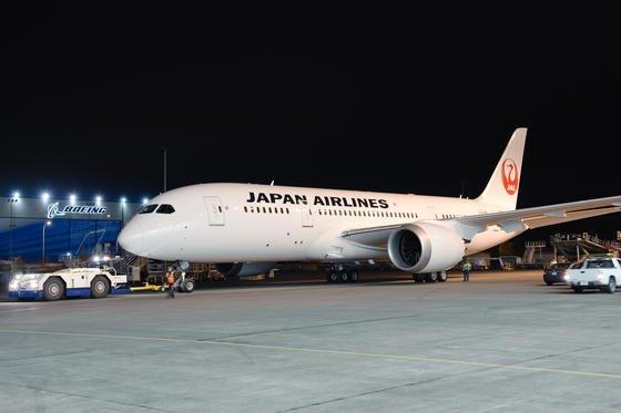 Boeing 787 Dreamliner der Japan Airlines: Kurz vor dem Flug nach Bangkok überhitzte einer von acht Akkus und lief aus. Damit setzt sich die Pannenserie mit den neuen Lithium-Ionen-Akkus an Bord des Dreamliners fort.