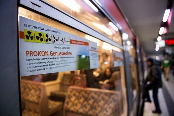 Ein Prokon-Werbesticker am 13.01.2014 auf demFenster einer U-Bahn in Hamburg. Prokon droht mit der Insolvenz noch in diesem Monat, falls weiteres Kapital aus dem Unternehmen abgezogen wird. Die Verbraucherzentrale Schleswig-Holstein hat schon 2010 das Unternehmen kritisch gesehen.