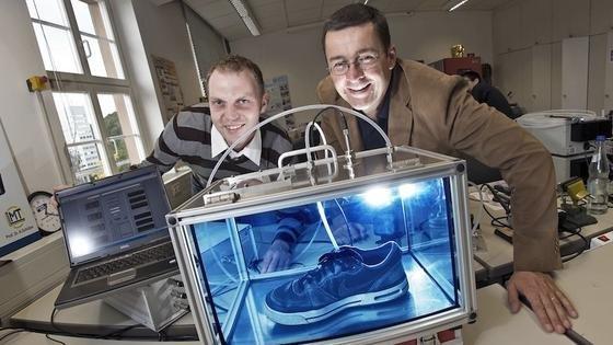 Andreas Schütze (rechts) ist Spezialist für Gassensoren an der Universität des Saarlandes. Seine Sensorsysteme können Ausdünstungen einzelner Produkte ebenso messen wie die Qualität der Raumluft. In Kombination mit einem automatischen Lüftungssystem sollen sich Heizkosten zukünftig um die Hälfte senken lassen.