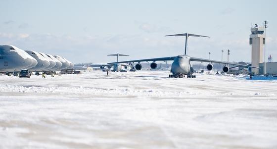 Geräumte Startbahn auf der Dover Air Force Base in den USA am 3. Januar nach einem Schneesturm. Selbst die schweren Transporter Lockheed Galaxy (Foto) und Boeing C-17 starten derzeit von schneebedeckten Flugfeldern.