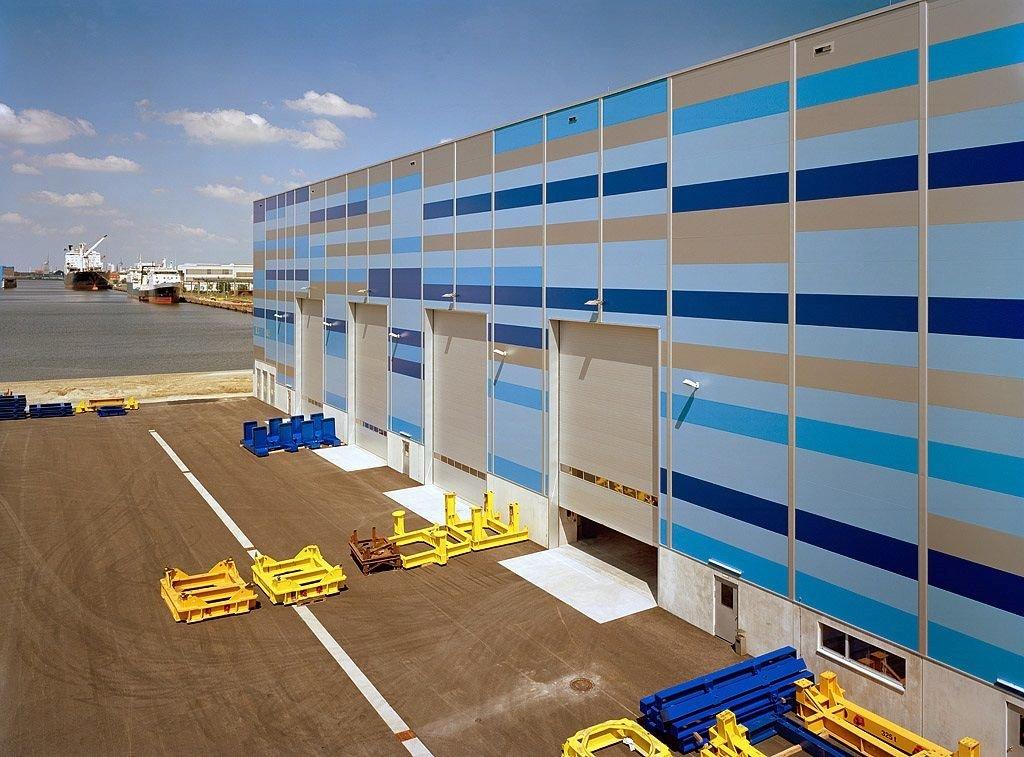 Große Tore beim Windkraftanlagenbauer Repower: Die größte Energieersparnis bieten Schleusen mit zwei Toren. Diese sind allerdings teuer und kosten Zeit.
