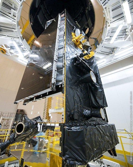 Besucher des Space Pavillions können ein Modell des Kommunikationssatelliten Alphasat in Originalgröße bestaunen.