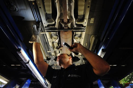 Untersuchung beim TÜV: Die verschärften Abgaswerte durch Euro 6 werden zu erheblichen Mehrkosten sorgen. Nach einer Schätzung des Automobilzulieferers Faurecia steigen die Kostenfür Abgassysteme bei Diesel-Pkw um bis zu 60 Prozent.