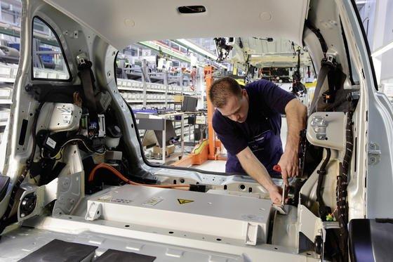 Montage eines Lithium-Ionen-Akkus. Mit neuer Technologie der Fraunhofer-Forscher soll deutschen Herstellern ein Sprung im internationalen Wettbewerb gelingen. An der Forschung beteiligt ist auch der Beschichtungsspezialist Kroenert.