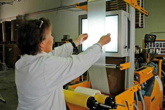Sichtprüfung einer Blasfolie aus Biokunststoff: Forscher des Fraunhofer-Instituts UMSICHT in Oberhausen haben einen biologischen Weichmacher entwickelt, der sich auch mit Biokunststoffen gut verträgt.
