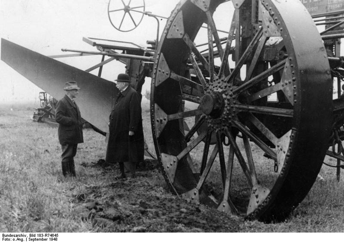 Tiefpflug aus dem Jahr 1948, den Wilhelm Ottomeyer aus Alexisdorf im Emsland konstruiert hat. Dieser Pflug konnte den Erdboden bis zu einer Tiefe von 1,20 m umpflügen und diente der Moorkultivierung im Emsland.