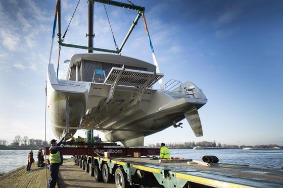 """Der Katamaran Lagoon 52 war zu groß für den Schiffslift """"Big Willi"""", der die meisten großen Yachten aus dem Rhein auf Tieflader hob. Lagoon 52aus der französischen Werft CNB in Bordeaux ist 8,60 Meter breit und wurde von einem Kran aus dem Rhein gehoben, auf einen Tieflader gesetzt und in die Halle 15 der Boot Düsseldorf verbracht. Der Katamaran der Superlative ist 15,84 Meter lang, hat eine Masthöhe von über 27 Metern und erreicht 170 Quadratmeter Segelfläche."""