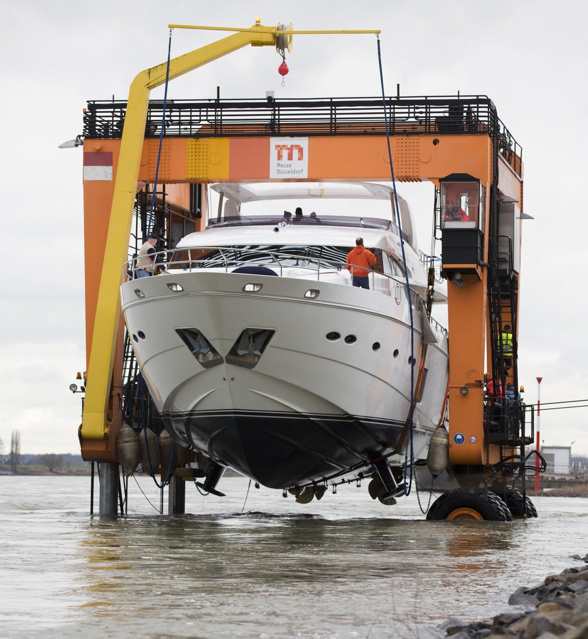 Der Schiffslift Big Willi hebt alle Boote aus dem Wasser, die über den Rhein nach Düsseldorf zur Boot schippern. Zunächst fixiert der Lift die Schiffe und rollt dann hoch an Land, um die Yachten dann auf Tieflader zu heben. Dabei ist Willi ein Kraftprotz. Auch das größte Schiff der Boot, die fast 100 Tonnen schwere Princess 98 MY war dem Schiffslift nicht zu schwer.