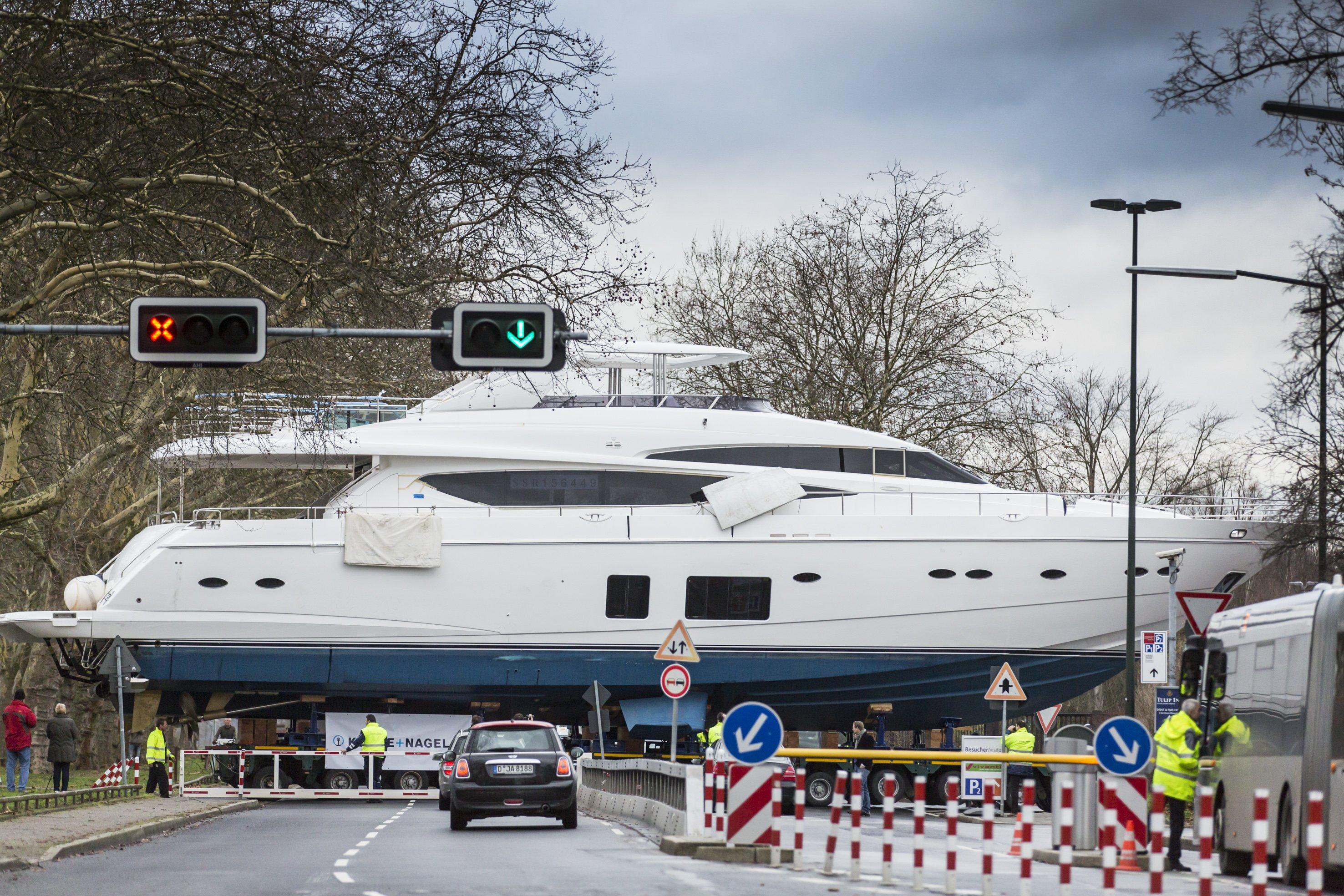 Transport der Princess MY 98 zur Messe Boot in Düsseldorf:Die Princess ist mit 30 Metern Länge und 100 Tonnen Gewicht die größte Yacht der Boot 2014. Und mit einem Preis von 6,9 Millionen Euro auch das teuerste Ausstellungsstück.